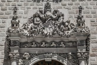 Casa Serra: al numero 126. opera grandiosa di Josep Puig i Cadafalch costruita tra il 1903 e il 1908 nella quale si mescolano elementi gotici a quelli rinascimentali. la sua facciata è animata, succedono delle cose meravigliose tipo: uomini che si intrecciano fino a formare una colonna di carne ed ossa, c'è una signorina con un elegante fiocchetto al collo che fa cucù sulla porta d'ingresso, un uomo che osserva i passanti in lontananza,  ghirlande di fiori come se piovessero, dragoni e spade. Insomma, come potete ben notare, tutto sotto controllo!
